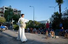 [Photo] Ngắm H'Hen Niê thướt tha trong tà áo dài truyền thống