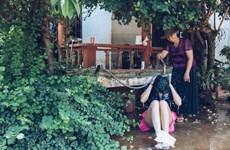 [Photo] Hoa hậu H'Hen Niê hồn nhiên bên mẹ ở quê nhà Đắk Lắk