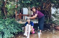 Xúc động hình ảnh hoa hậu H'Hen Niê 'trở về tuổi thơ' cùng mẹ