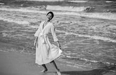 [Photo] H'Hen Niê ngẫu hứng thăng hoa cảm xúc cùng sóng biển