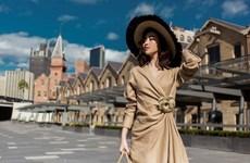 [Photo] Hoa hậu Mỹ Linh và Tiểu Vy đọ sắc giữa cầu cảng Sydney