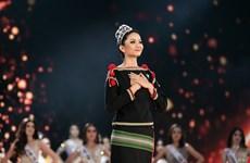 [Photo] Hình ảnh Hoa hậu H'Hen Niê trao vương miện cho người kế nhiệm
