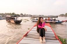 [Photo] Á hậu Kim Duyên đi dép tổ ong thăm quan chợ nổi Cái Răng