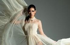 Hoa hậu Khánh Vân khoe khả năng tạo dáng cực ngầu với êkíp ngoại