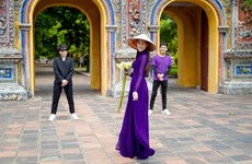 [Photo] Hoa hậu Khánh Vân dịu dàng trong tà áo dài xứ Huế mộng mơ