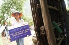 [Photo] Hoa hậu Khánh Vân lội đất đi thăm bà con nghèo Long An