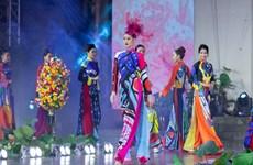 [Photo] Hoa hậu Hoàn vũ Việt Nam quảng bá vẻ đẹp áo dài truyền thống