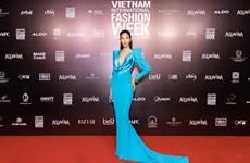 Dàn hoa hậu xuất hiện duyên dáng tại tuần lễ thời trang lớn nhất năm
