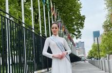 Tà áo dài trắng Việt Nam duyên dáng trên đường phố New York