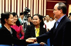 Ông Nguyễn Thiện Nhân nói chuyện với người Việt tại Lào