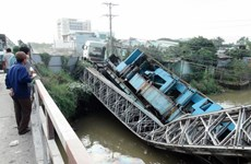 Trục vớt xe tải gây sự cố sập cầu tạm trên Quốc lộ 53