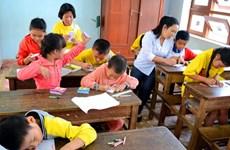 Dạy chữ cho trẻ em nhiễm chất độc da cam ở nông thôn