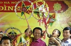 Tập đoàn Bảo Việt tặng quà cho trẻ ở chùa Bồ Đề dịp Trung Thu