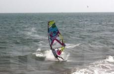 Khách du lịch nước ngoài mê mẩn lướt sóng ở biển Phú Quý