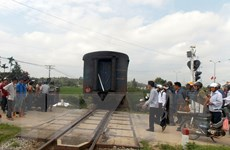 Ôtô bị tàu hỏa đâm văng xa 45 mét, đường sắt Bắc-Nam ách tắc