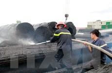 Lửa bùng phát dữ dội tại bãi tập kết gỗ, nhiều khối gỗ bị cháy đen