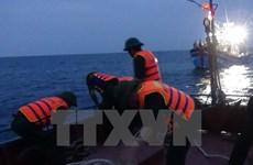 Cứu 12 ngư dân trên tàu cá bị đâm chìm, một người vẫn mất tích