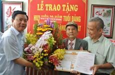 TP.HCM: Trao huy hiệu 70 năm tuổi Đảng tặng ông Đặng Văn Hạt