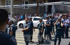 Nhóm vũ trang Armenia đốt xe cảnh sát, không chịu đầu hàng
