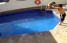 Phẫn nộ với gã bố dượng ném bé 3 tuổi xuống bể bơi rồi dìm chết