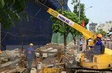 Lắp đặt cẩu tháp để phá dỡ phần sai phạm tại tòa nhà 8B Lê Trực
