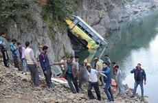Tránh xe máy, xe buýt lao xuống sông khiến 18 người thiệt mạng