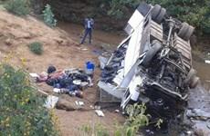 Xe buýt nhỏ mất lái rơi xuống mương làm 11 người thiệt mạng