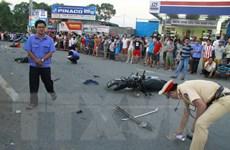 Xe khách đâm xe bốn chỗ và hàng loạt xe máy, 2 bé gái tử vong