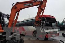 Quảng Ninh: Xe khách húc vào xe cẩu 5 tấn tại cảng Cái Lân