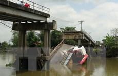 Đồng Tháp: Xe quá tải làm sập cầu khiến hai người rơi xuống sông