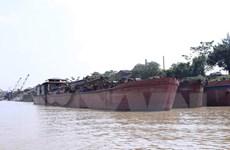 Tạm giữ nhiều tàu khai thác cát trái phép trên sông Hồng