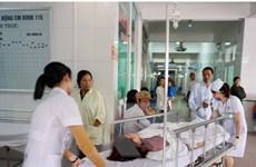 Lấy mẫu thức ăn xác định nguyên nhân hàng chục công nhân nhập viện