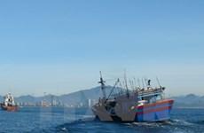 Đưa thuyền viên người Trung Quốc bị nạn trên biển vào bờ điều trị