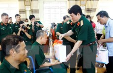 Chủ nhiệm Tổng cục Chính trị thăm, tặng quà người có công ở Phú Thọ