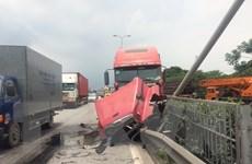 Lái xe ngủ gật, xe container đâm nát dải phân cách trên quốc lộ 5