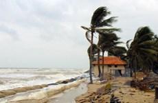 Hoàn lưu áp thấp gây mưa dông mạnh ở giữa và Nam Biển Đông
