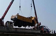 Hải Dương: Va chạm trên cầu, ôtô tải rơi xuống sông Kinh Thầy
