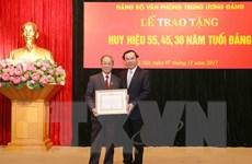 Trao huy hiệu Đảng tặng các đảng viên thuộc Đảng bộ Văn phòng TW