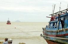 Đưa hai tàu cá trôi dạt trên vùng biển Hội An vào bờ an toàn