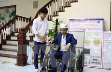 Độc đáo chiếc xe lăn leo cầu thang do hai học sinh chế tạo