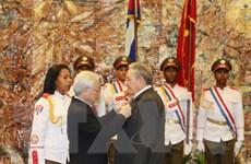 Tổng Bí thư trao Huân chương Sao vàng tặng Chủ tịch Cuba Raul Castro