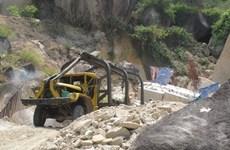 Hà Nội: Đá sập đè nát cabin máy xúc, một người thiệt mạng