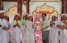 Thăm và chúc tết Ramưwan đồng bào Chăm theo đạo Bà Ni