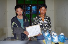 Bắt quả tang hai người nước ngoài mua bán trái phép thuốc phiện