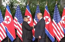 Cái bắt tay lịch sử giữa hai nhà lãnh đạo Mỹ và Triều Tiên