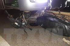Xe khách đâm trực diện và kéo lê xe máy, 2 cha con nguy kịch