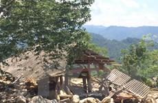 Băng rừng để tiếp cận các xã bị cô lập do mưa lũ ở Yên Bái