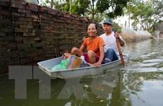 [Photo] Chuyển hàng cứu trợ đến các xã bị ngập tại Chương Mỹ