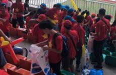 [Video] Cổ động viên Việt Nam nán lại nhặt rác sau trận thua UAE
