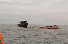 Tàu chở 2.300 tấn ximăng gặp nạn, 7 thuyền viên trôi dạt trên biển